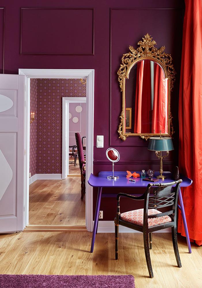 شناخت رنگ در طراحی داخلی dark magenta wall